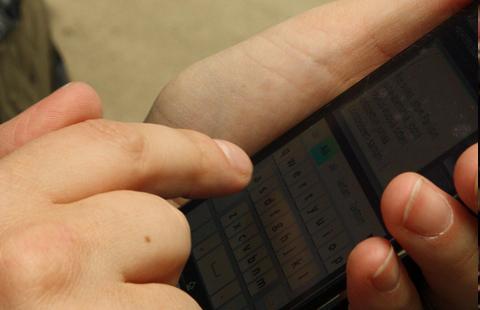 1 av 3 svenske barn synes foreldrene bruker for mye tid på smarttelefonen sin. Foto: Magnus Franklin / Flickr
