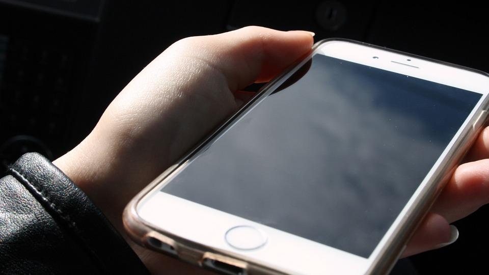 Mange bruker mobilen til spill når de er på farten.