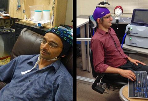 Mannen til venstre styrer hånda til sin kollega (til høyre) med tankene. Foto: University of Washington
