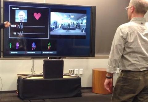 Du kan stå flere menter unna - Kinect-sensoren fanger hjerterytmen din uansett. Foto: Cnet / YouTube