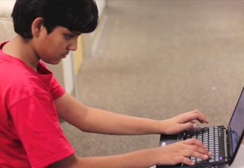 Helt siden han var 4 år har Rohan Agrawal vært interessert i roboter og programmering. Foto: Play-i / YouTube
