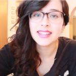 Hun snakker ikke et eneste ekte språk i denne videoen